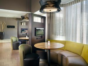 The lounge or bar area at Courtyard Macon