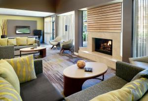 A seating area at Courtyard Macon