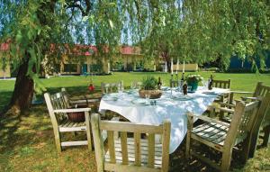 Ein Restaurant oder anderes Speiselokal in der Unterkunft Holiday Home Pinnow 06