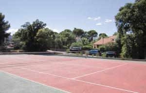 Tennis and/or squash facilities at Apartment Boulevard Hamon II or nearby