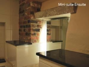 A kitchen or kitchenette at The North Hill Hotel