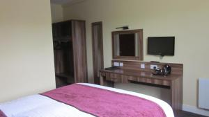 A television and/or entertainment centre at Mourne Country Hotel