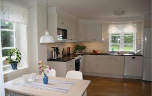 Ett kök eller pentry på Three-Bedroom Holiday Home in Lackeby