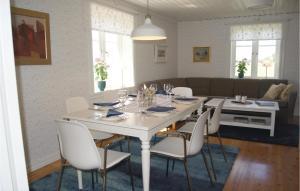 En restaurang eller annat matställe på Three-Bedroom Holiday Home in Lackeby