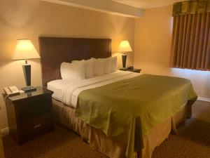 A bed or beds in a room at Pacific Inn & Suites Kamloops