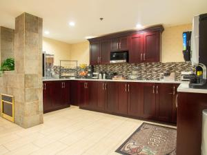 A kitchen or kitchenette at Pacific Inn & Suites Kamloops