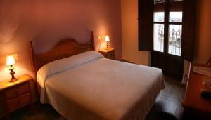 Cama o camas de una habitación en Alojamientos Plaza Mayor