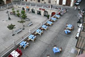 Un restaurante o sitio para comer en Alojamientos Plaza Mayor