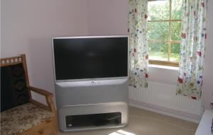 En tv och/eller ett underhållningssystem på Apartment Lundavägen Saxtorp