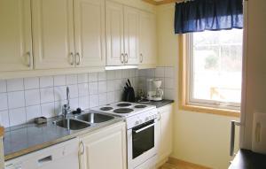 Ett kök eller pentry på Holiday home Tanum Norra Backa Fjällbacka III