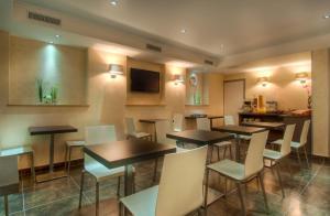 The lounge or bar area at Hotel Claude Bernard Saint-Germain