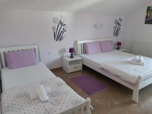 A bed or beds in a room at Apartments and rooms with parking space Vranovaca, Plitvice - 17461