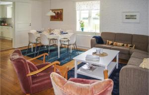 En sittgrupp på Three-Bedroom Holiday Home in Lackeby