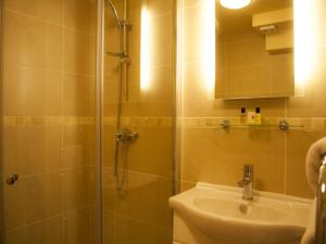 A bathroom at The North Hill Hotel