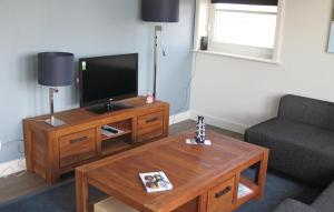 Een TV en/of entertainmentcenter bij Holiday Home Bodelaeke-Wiedenwoning
