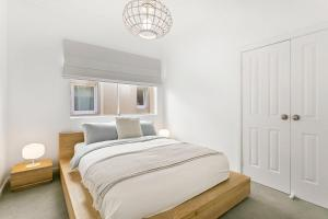 A bed or beds in a room at The Rooftop - A Bondi Beach Holiday Home