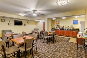 A restaurant or other place to eat at Comfort Inn Red Horse