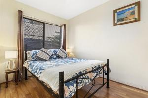 A bed or beds in a room at Bay Blue @ Nelson Bay- just 3 minutes walk to Flypoint Beach and 10 minutes walk to Little Beach