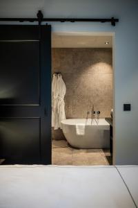A bathroom at Boutiquehotel 't Fraeyhuis