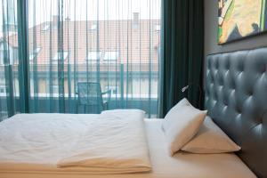 A bed or beds in a room at Hotel Der Blaue Reiter