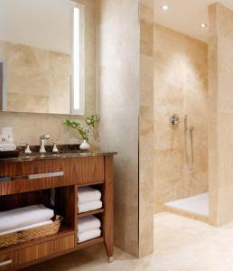 A bathroom at Aghadoe Heights Hotel & Spa