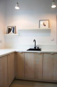 Kuchnia lub aneks kuchenny w obiekcie Centrally Located Island Apartment