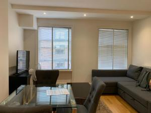 A seating area at Primestay Baker Street Residences