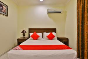 A bed or beds in a room at OYO 284 Taj Alrayan