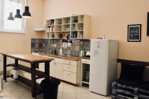 Kuchyň nebo kuchyňský kout v ubytování Falling Lakes Hostel