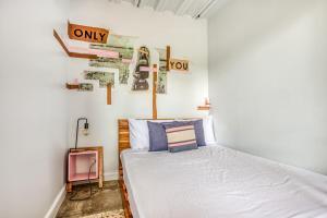 Een bed of bedden in een kamer bij Selina La Fortuna