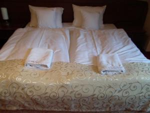 Łóżko lub łóżka w pokoju w obiekcie Hotel Rytwiany