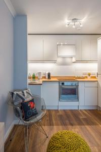 A kitchen or kitchenette at Scottish Stays - The Allanfield Apartment