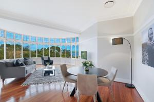 A seating area at Huge Harbour View Apartment In Historic Home