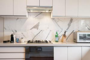 A kitchen or kitchenette at Huge Harbour View Apartment In Historic Home