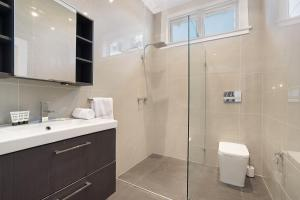 A bathroom at Huge Harbour View Apartment In Historic Home