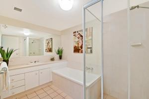 A bathroom at Champelli Palms Apartments