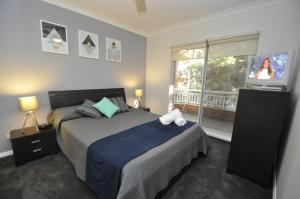 A bed or beds in a room at Parramatta Self-Contained Two-Bedroom Apartment (4LEN)