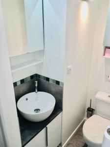 A bathroom at D: Centre ville de Lyon