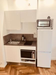 A kitchen or kitchenette at D: Centre ville de Lyon