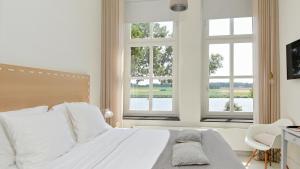Een bed of bedden in een kamer bij Het Raadhuys - design B&B