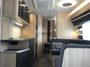 Una cocina o zona de cocina en Caravana HOBBY 545 KMF