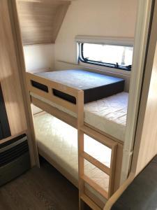 Litera o literas de una habitación en Caravana HOBBY 545 KMF