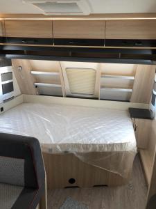 Cama o camas de una habitación en Caravana HOBBY 545 KMF