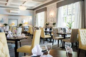 A restaurant or other place to eat at The Southcrest Manor Hotel Redditch