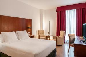 A bed or beds in a room at Vincci Ciudad de Salamanca