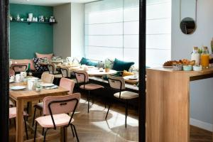 Un restaurante o sitio para comer en Hôtel Eiffel Saint Charles