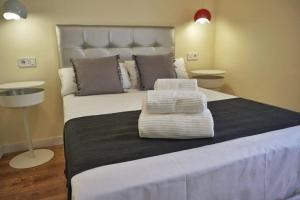 A bed or beds in a room at Good Stay Rooms