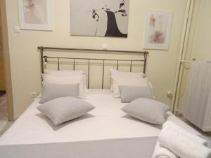 A bed or beds in a room at Nice n cool studio near Katechaki avenue