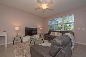 A seating area at Lakeview Home Very Close to Disney W Pool
