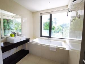 A bathroom at Sansuri Residence Apartments